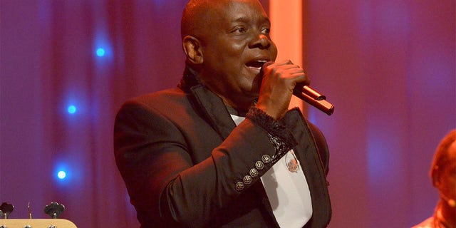 Musician Philip Bailey of Earth, 風 &アンプ; Fire performs onstage during the 2016 Pre-GRAMMY Gala and Salute to Industry Icons honoring Irving Azoff at The Beverly Hilton Hotel on February 14, 2016, in Beverly Hills, カリフォルニア.