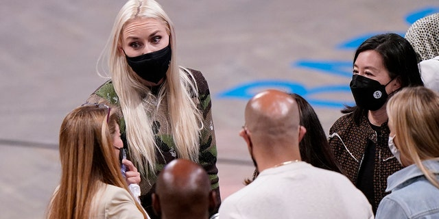 Former Olympic alpine skier and gold medal winner Lindsey Vonn, second from left, wears a mask as she talks to fans after attending Game 2 of an NBA basketball first-round playoff series between the Brooklyn Nets and the Boston Celtics, martedì, Maggio 25, 2021, in New York. (AP Photo / Kathy Willens)