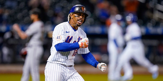 Francisco Lindo of the New York Mets hit a base after hitting the Arizona Diamondbacks' two-game winning streak to rescue pitcher Caleb Smith in the seventh inning of a baseball game in New York on Friday, 2021.  (Associated Press)