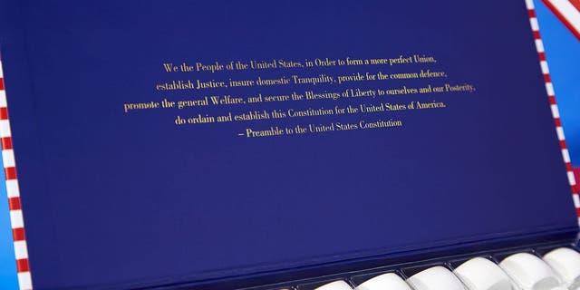 La boîte inspirée du drapeau américain comporte également le préambule de la Constitution américaine en lettres dorées éclatantes à l'intérieur du couvercle supérieur. (Phillip Ashley LLC)
