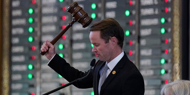 Texas House of Representatives Speaker Dade Phelan, R-Beaumont, overseas the House Chamber during a vote on Wednesday, May 5, 2021, in Austin, Texas.  (AP Photo / Eric Gay)