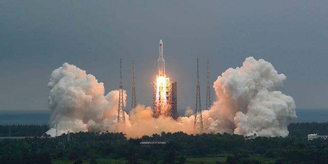 موشک چینی Long March 5B ، حامل یک ماژول برای یک ایستگاه فضایی چین ، از محل پرتاب فضاپیمای Wenchang در Wenchang در استان Hainan در جنوب چین مطرح شد (Ju Zhenhua / Xinhua از طریق AP ، پرونده)