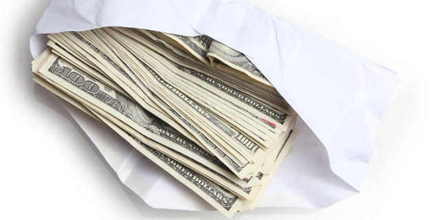 A young boy was cleaning his family's newly purchased used car when he made an interesting discovery under the floor mats. どうやら, the former owners had accidentally left an envelope with $  5,000 in it.