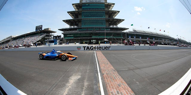 INDIANAPOLIS, 에 - 할 수있다 20: NTT Indy Car series driver Scott Dixon (9) drives across the yard of bricks during practice for the 105th running of the Indianapolis 500 오월에 19, 2021 at the Indianapolis Motor Speedway in Indianapolis, 인디애나. (Photo by Brian Spurlock/Icon Sportswire via Getty Images)