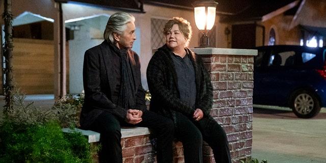 """マイケル・ダグラス, 左, and Kathleen Turner in a scene from the third and final season of """"コミンスキー・メソッド。"""""""