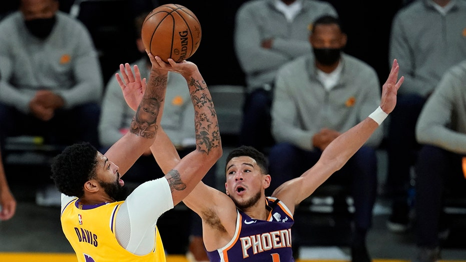 Lakers celebrate playoff homecoming in 109-95 win over Suns