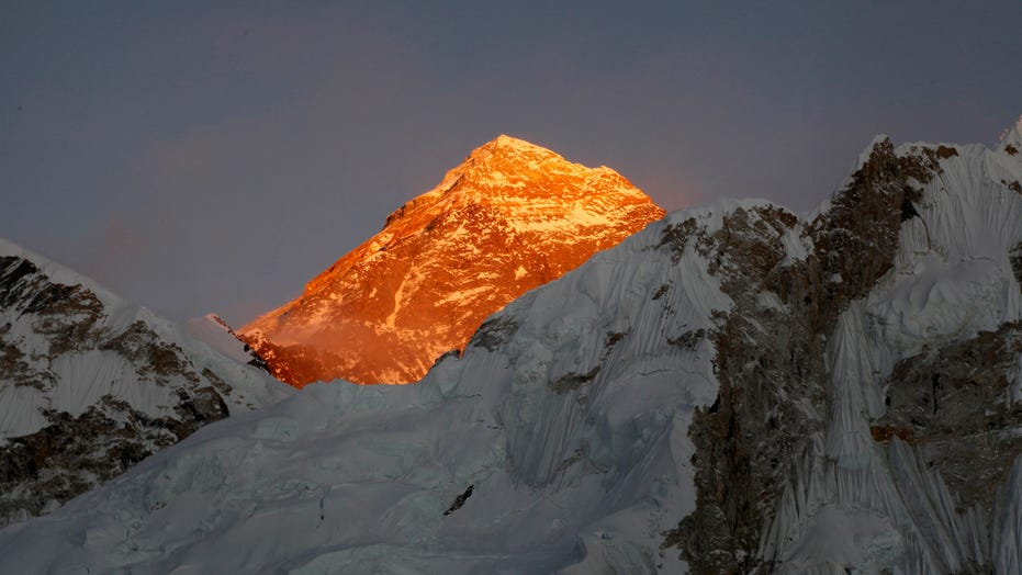 Climbing guide says at least 100 virus cases on Everest