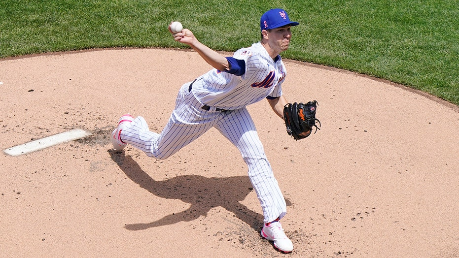 Mets' deGrom exits early in return from right lat issue