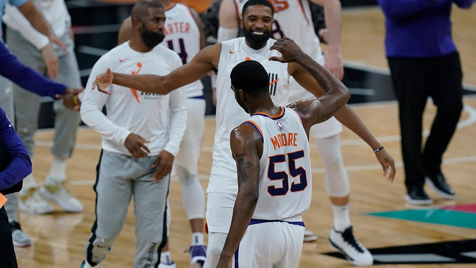Moore, short-handed Suns hold off Spurs 123-121