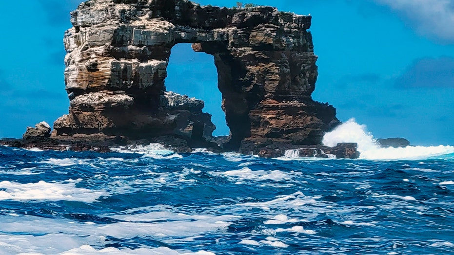 Darwin's Arch in Galapagos loses its top due to erosion