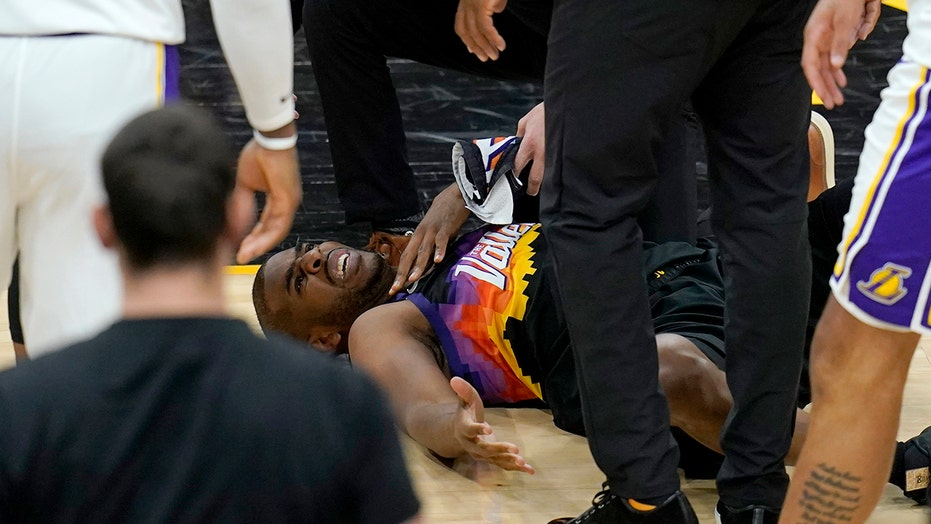 Suns' Chris Paul dealing with shoulder injury vs. Lakers