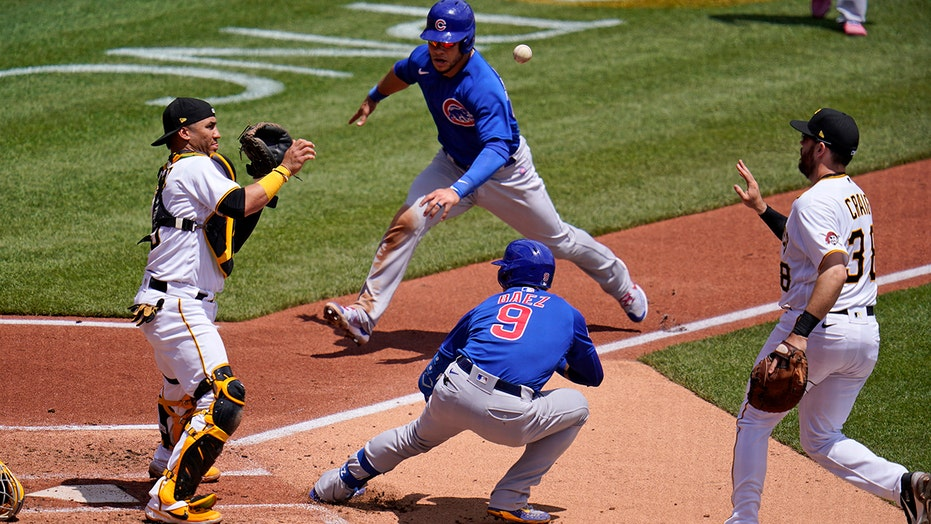 Javy Baez at-bat turns into embarrassing moment for Pirates, Cubs steal run in 5-3 victory