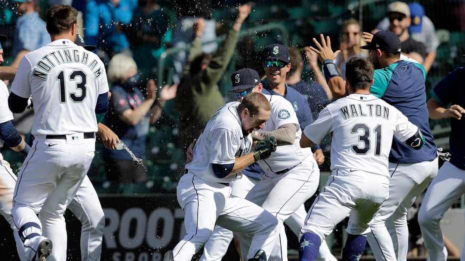 Mariners rally past A's in 10th, improve to 5-0 in extras