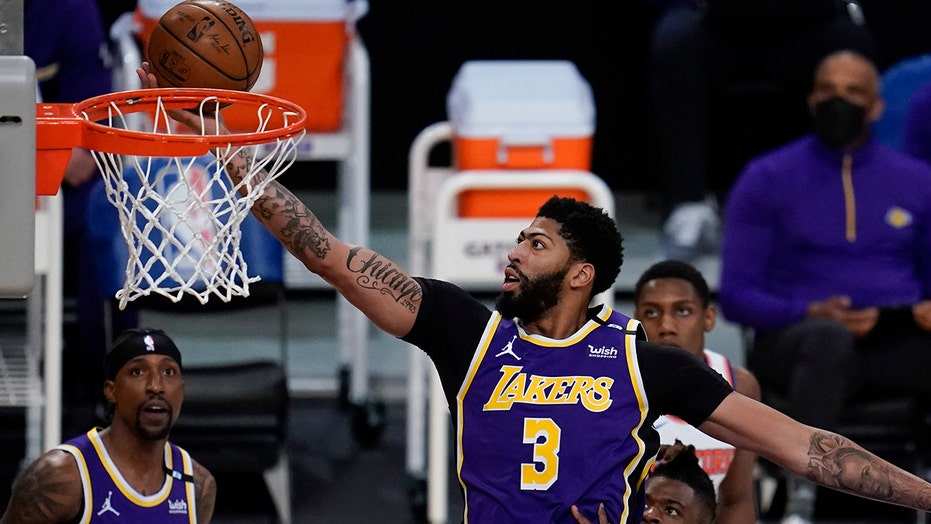Lakers' Anthony Davis taunts Knicks superfan Spike Lee after overtime victory