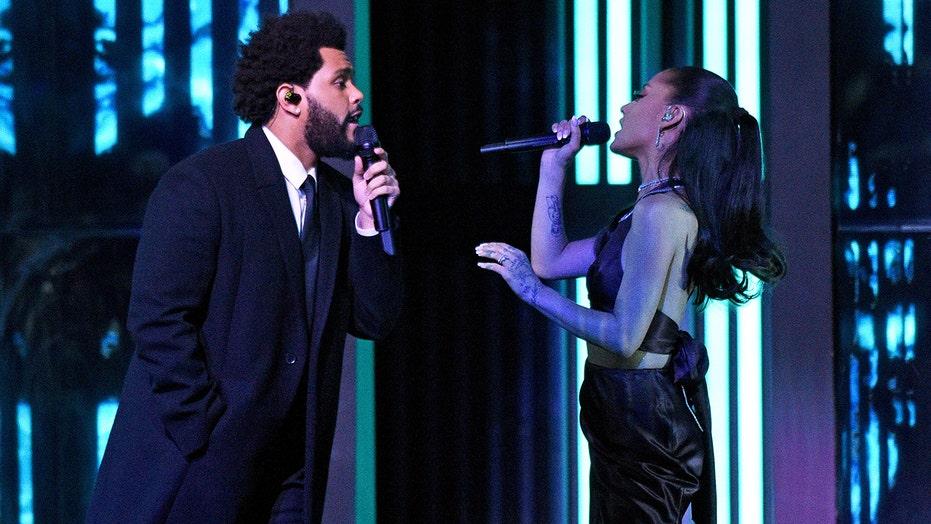 Pasgetroude Ariana Grande vertoon trouring by iHeartRadio Music Awards