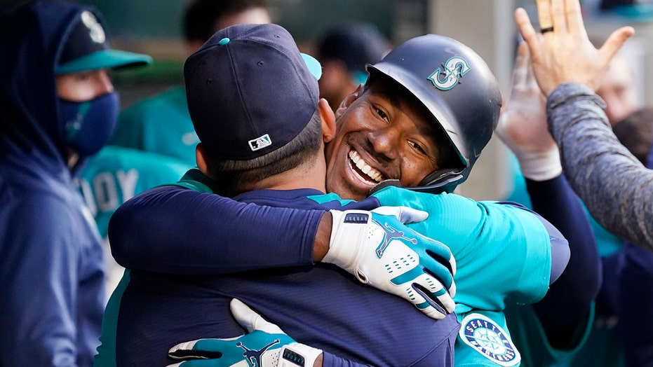 Lewis homers, M's hand Rangers 10th straight road loss 3-2
