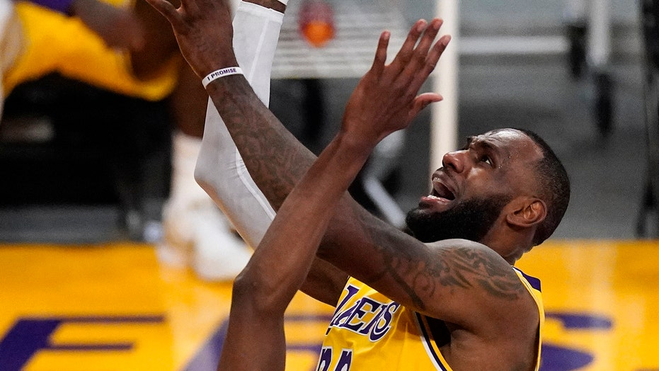 LeBron James hits go-ahead shot, records triple-double in play-in tournament victory over Warriors