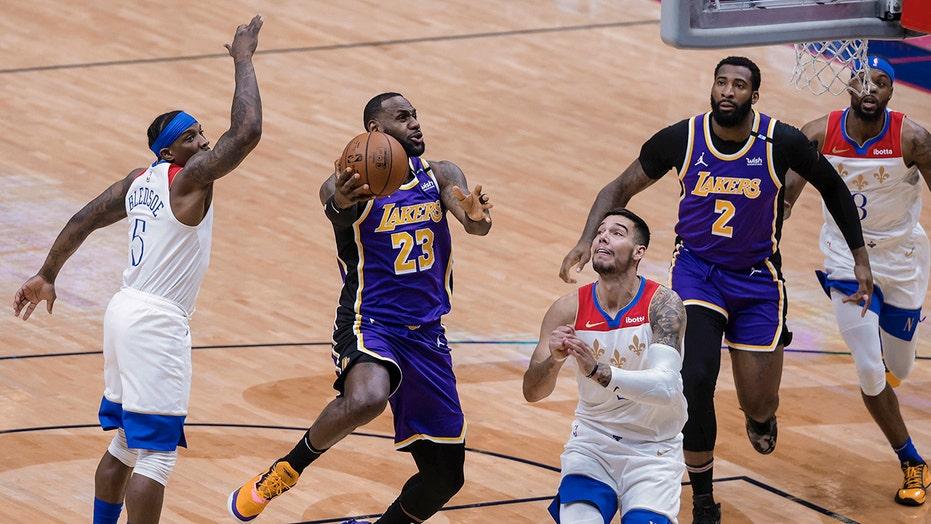 James scores 25, tweaks ankle as Lakers top Pelicans 110-98