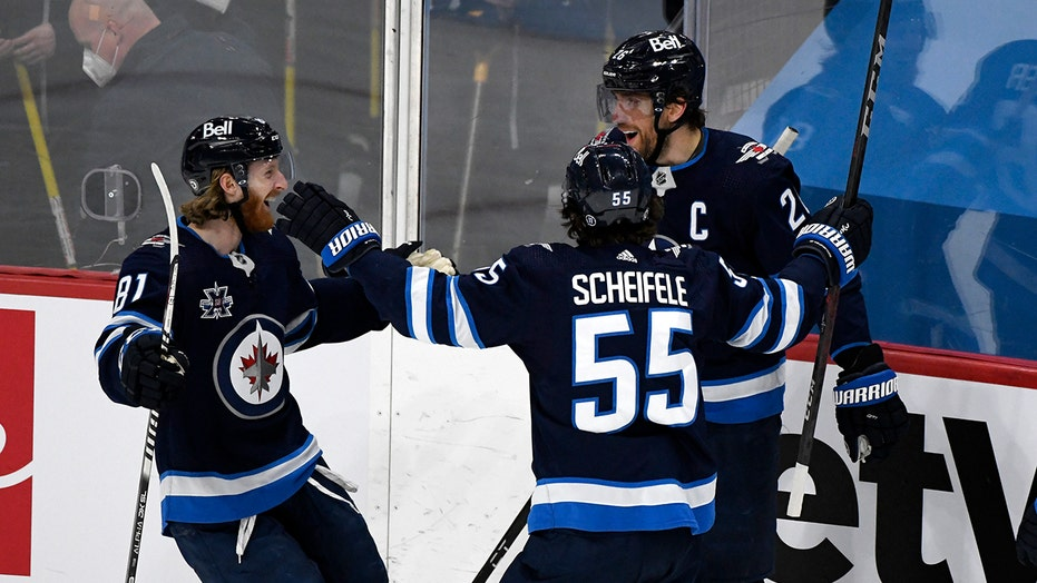 Wheeler helps Jets beat Canucks, clinch 3rd place in North