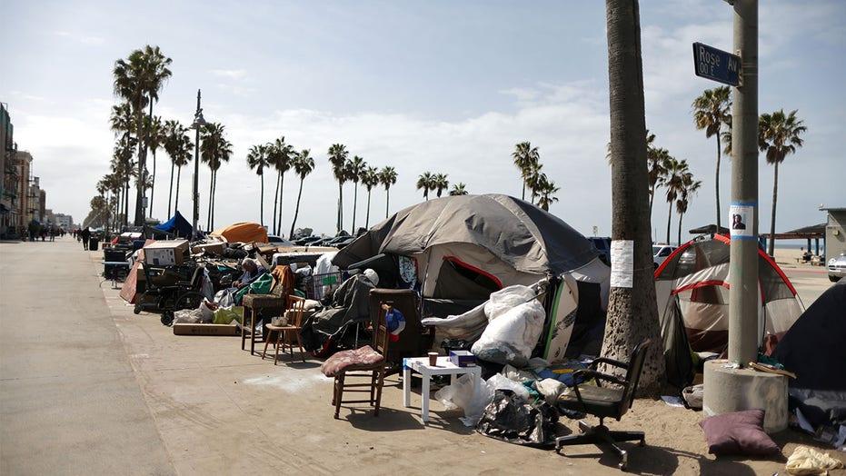 Senzatetto trovato morto in un accampamento sulla spiaggia di Los Angeles, arrestato sospetto senzatetto