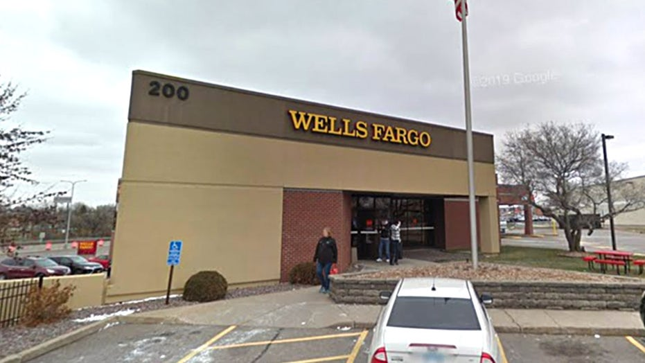 Minnesota police respond to bank robbery in progress, hostage situation at St. Cloud Wells Fargo location