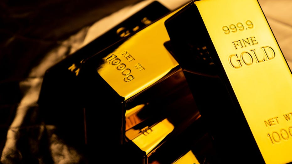 LAX cargo handlers arrested for stealing gold bars: prosecutors