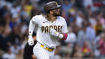 Caratini, Hosmer HR in 9th, Padres seesaw past Reds 6-4