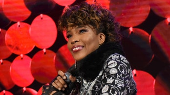 Macy Gray's call for a new American flag receives mixed reactions: 'Now the flag is too white?!'