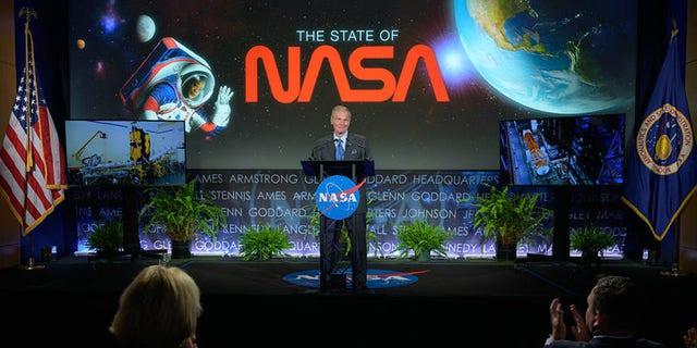 مدیر ناسا ، بیل نلسون ، در اولین رویداد خود در ناسا روز چهارشنبه ، 2 ژوئن 2021 ، در ساختمان مری دبلیو جکسون ناسا در واشنگتن با نیروی کار آژانس صحبت کرد.  نلسون سابقه طولانی خود با ناسا را ذکر کرد و در میان سایر موضوعات ، برنامه های آژانس برای مأموریت های آینده متمرکز بر روی زمین برای مقابله با تغییرات آب و هوا و بازگشت روباتیک و انسان به ماه از طریق برنامه آرتمیس ، و همچنین اعلام دو سیاره جدید را مورد بحث قرار داد. ماموریت های علمی به ونوس - VERITAS و DAVINCI +.  عکس: (ناسا / بیل اینگالز)