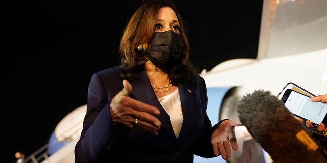 Vizepräsidentin Kamala Harris spricht mit der Presse, die sich unter den Flügeln der Air Force Two versammelt hat, als sie sich am Montag, dem 7. Juni 2021, vom Zentralkommando der guatemaltekischen Luftwaffe auf ihren Abflug nach Mexiko vorbereitet. (AP Photo/Jacquelyn Martin)