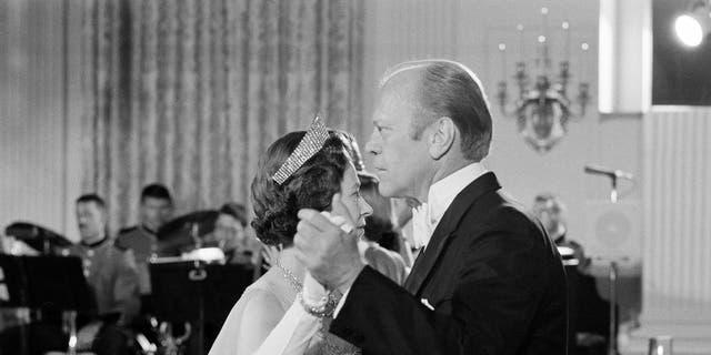 En esta foto de archivo del 7 de julio de 1976, el presidente de Estados Unidos, Gerald Ford, baila con la reina Isabel II de Gran Bretaña en el Comedor de Estado de la Casa Blanca después de una Cena de Estado en honor de la reina.  (Foto AP / John Duricka, archivo)