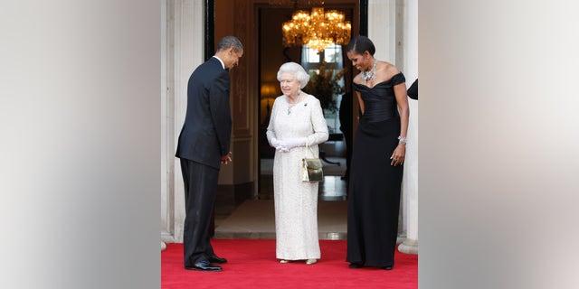 En esta fotografía de archivo del 25 de mayo de 2011, el presidente de Estados Unidos, Barack Obama, y la primera dama Michelle Obama dan la bienvenida a la reina Isabel II para una cena recíproca en Winfield House en Londres.  (Foto AP / Charles Dharapak, archivo)