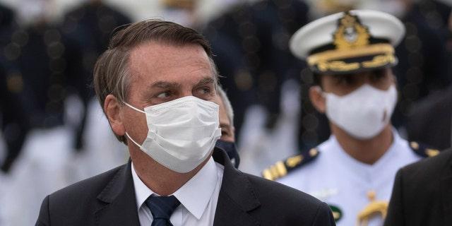 Ο Πρόεδρος της Βραζιλίας Jair Bolsonaro παρευρίσκεται σε τελετή αποφοίτησης στη Ναυτική Ακαδημία, στο Ρίο ντε Τζανέιρο της Βραζιλίας, το Σάββατο 19 Ιουνίου 2021, εν μέσω πανδημίας COVID-19.  Άνθρωποι συγκεντρώθηκαν σε ολόκληρη τη χώρα το Σάββατο, για να διαμαρτυρηθούν για τον χειρισμό της πανδημίας και των οικονομικών πολιτικών του Μπολσονάρο που οι διαδηλωτές λένε ότι βλάπτουν τα συμφέροντα των φτωχών και της εργατικής τάξης.  (AP φωτογραφία / Silvia Izquierdo)