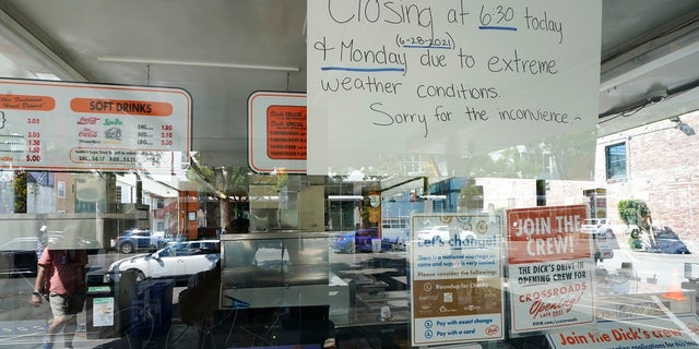 A sign in the window of the Dick's Drive-In in Seattle's Capitol Hill neighborhood is shown Monday, giugno 28, 2021, a Seattle. The walk- and drive-up restaurant, which is not air conditioned, closed early Sunday and all day Monday due to excessive heat. Seattle and other cities in the Pacific Northwest endured the hottest day of an unprecedented and dangerous heat wave on Monday, with temperatures obliterating records that had been set just the day before on Sunday. (AP Photo / Ted S. Warren)