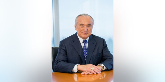 Bill Bratton served as chief of the Los Angeles Police Department, chief of the New York City Transit Police, and commissioner of the Boston Police Department and the New York City Police Department (in altwee 1994 en 2014).