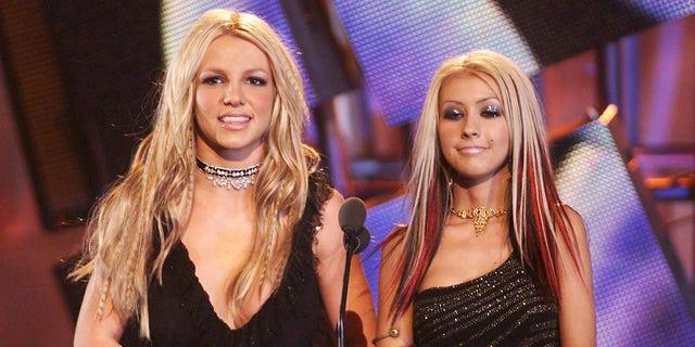 布兰妮·斯皮尔斯 (剩下) and Christina Aguilera at the 2000 MTV Video Music Awards at Radio City Music Hall in New York City, 九月. 7, 2000.