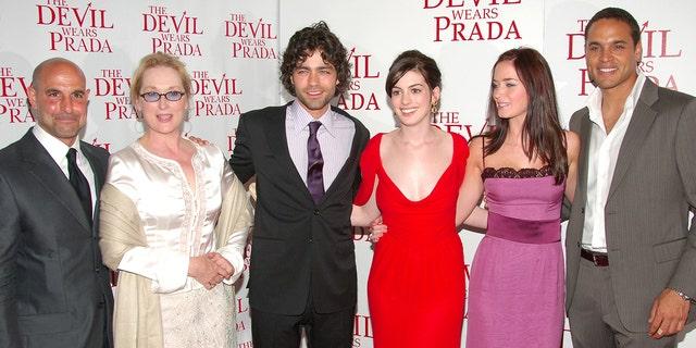Dàn diễn viên của The Devil Wears Prada (từ trái sang): Stanley Tucci, Meryl Streep, Adrian Grenier, Anne Hathaway, Emily Blunt và Danielle Sonata.  (Ảnh của Michael Luccisano / FilmMagic)