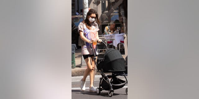Emily Ratajkowski out for a walk with son Sylvester Apollo Bear on May 19, 2021, in die stad New York.