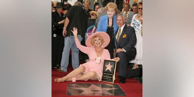 Рута Ли с Дебби Рейнольдс и Алекс Требек.  Актриса удостоилась звания на Голливудской аллее славы.