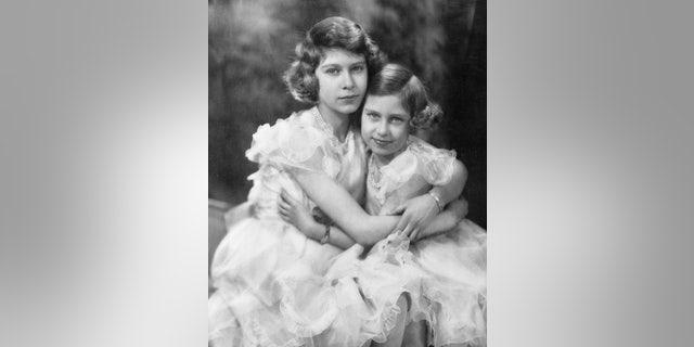 Princesses Elizabeth (剩下) and Margaret.