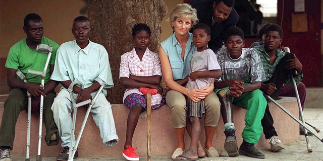 Diana, princesa de Gales, with children injured by mines at the Neves Bendinha Orthopaedic Workshop In Luanda, Angola.