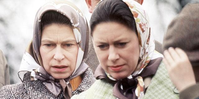 伊丽莎白女王二世 (剩下) and Princess Margaret remained close over the years.