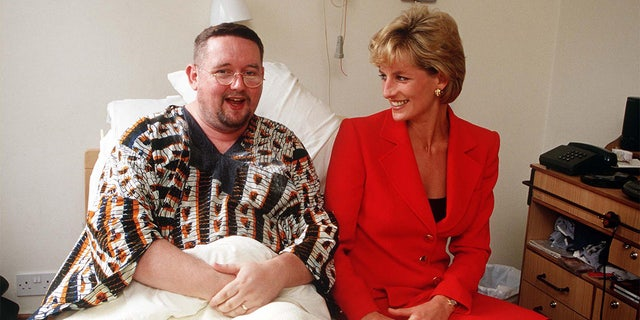 Princess Diana visiting a patient at the London Lighthouse, a center for people affected by HIV and AIDS, en Londres, October 1996.