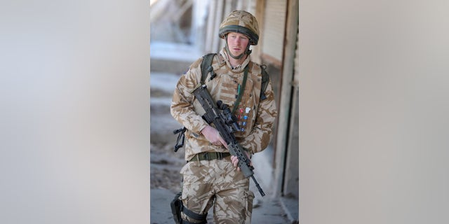 A photograph made available on February 28, 2008, shows Britain's Prince Harry on patrol through the deserted town of Garmisir close to FOB Delhi (forward operating base), in Helmand province in southern Afghanistan, 1月に 02, 2008.
