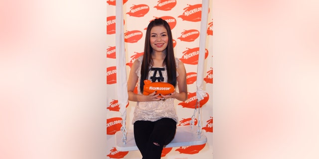Actress Miranda Cosgrove poses with the blimp award for Fave ComedyShow for iCarly backstage during the Australian Nickelodeon Kids' Choice Awards 2009 at Hisense Arena on November 13, 2009, in Melbourne, Australië.