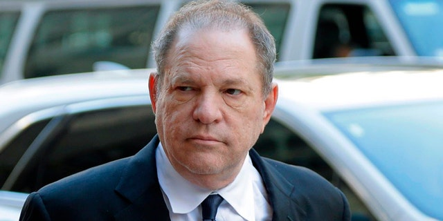 LÊER - In this July 9, 2018 lêerfoto, Harvey Weinstein arrives to court in New York. A New York judge has rejected Harvey Weinstein's bid to throw out the most serious charges in his sexual assault case, dealing a big blow to the disgraced movie mogul as he sought to limit the scope of his looming trial and any potential punishment. The ruling made public Wednesday, Nov.. 27, 2019, clears the way for prosecutors to bolster their case with testimony from actress Anabella Sciorra who says Weinstein raped her in 1993 of 1994.