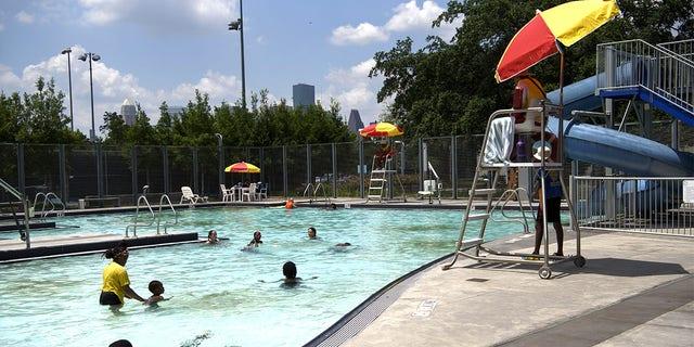 La gente nada en el Parque de la Emancipación durante una ola de calor en Houston, Texas, Estados Unidos, el miércoles 16 de junio de 2021. Se espera que las temperaturas alcancen los 98 grados Fahrenheit en Houston, ya que se espera que una ola de calor continúe hasta el fin de semana cubriendo la mitad occidental de los Estados Unidos