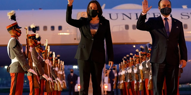 Vice President Kamala Harris and Guatemala's Minister of Foreign Affairs Pedro Brolo wave at her arrival cermony in Guatemala City, Domenica, giugno 6, 2021, at Guatemalan Air Force Central Command. (AP Photo / Jacquelyn Martin)