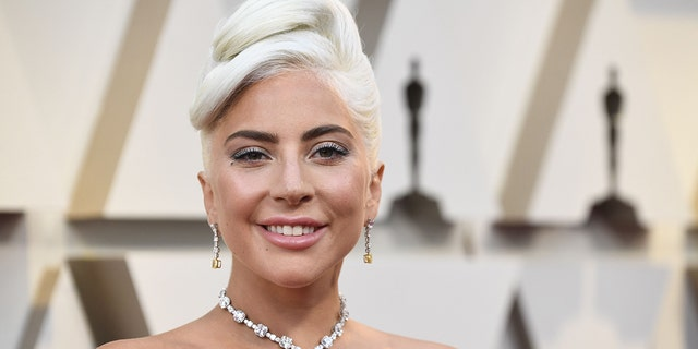 Lady Gaga took to Instagram on Saturday to share a pair of brief videos, それは、スターがピンク色のキャミソールを揺らし、パンツを履いていないかのように草の中でポーズをとっているのを特徴としていた.. (Photo by Frazer Harrison/Getty Images)