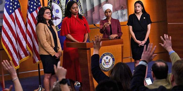 """Los enviados estadounidenses Ayana Presley (D-MA), Alhan Omar (D-MN) (2R), Rashida Talib (D-MI) (L) y Alexandria Ocasio-Cortez (D-NY) (R) realizaron una conferencia de prensa. Para abordar las declaraciones hechas por el presidente de los Estados Unidos, Donald Trump, el 15 de julio de 2019 en Washington DC.  Estados Unidos """"Pueden irse."""""""